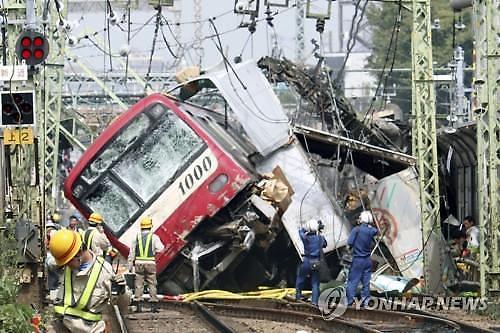 [글로벌포토]日요코하마서 열차·트럭 충돌..32명 부상