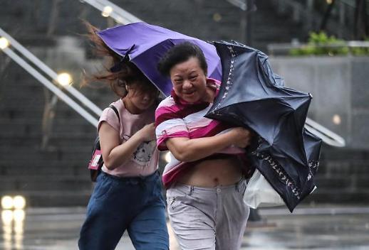 대만 태풍 미탁 상륙, 시민들 강풍에…1만648가구 전력 공급 중단