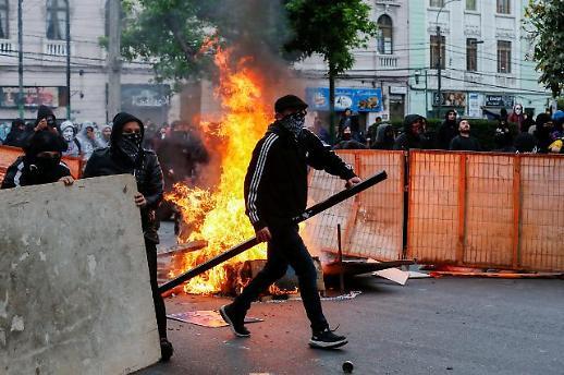 칠레 산티아고 '비상사태' 선포… 지하철 요금 인상으로 번진 反정부 시위 탓