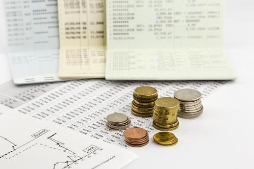 1%대 이자에도 은행 통장에 돈 쌓인다