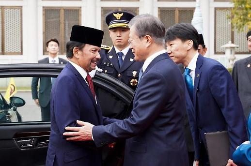 [한·아세안 정상회의] 부산 도착한 文대통령…門 열린 최대 규모 국제회의