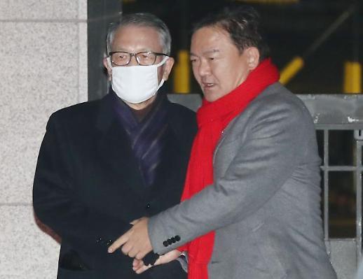 출소한 김기춘 전 비서실장 마중 나온 민경욱에 나와줘서 고맙다