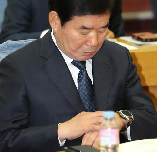 [포토] 시계보는 김진표 의원
