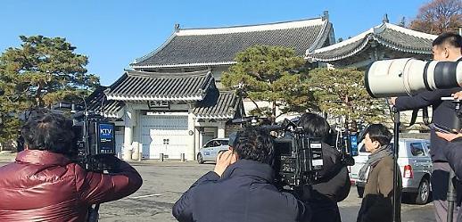 [포토] 청와대 압수수색 취재하는 보도진