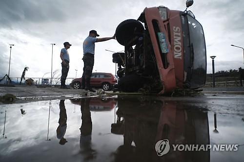 [포토] 필리핀 태풍 앞에 쓰러진 트럭
