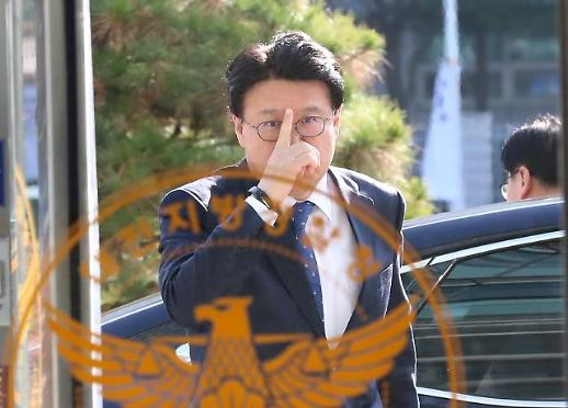 [포토] 안경 고쳐쓰는 황운하 대전지방경찰청장