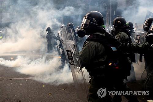 홍콩시위 6개월에 경찰 초과근무수당 1400억원