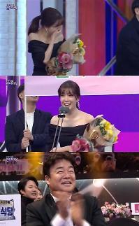 [2019 SBS 연예대상] 골목식당 정인선, 여자 신인상 열심히 하라는 뜻
