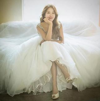 가수 박새별, 멋진 드레스와 환한 미소 사진 눈길