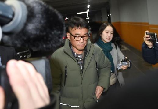 [슬라이드 화보] 포토라인 피해 경찰서 출석하는 김건모