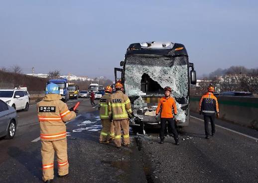 [포토] 경부고속도로 죽암휴게소 인근서 버스 2대 추돌…18명 부상