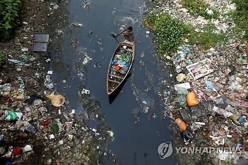 지구 곳곳서 플라스틱과의 전쟁 선포...비닐봉지 퇴출이 최우선