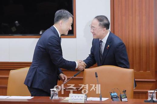 [포토] 악수하는 홍남기-박능후