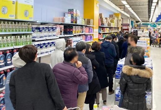 [코로나19] 청주 대형마트 마스크 구매 대란, 줄서기는 기본