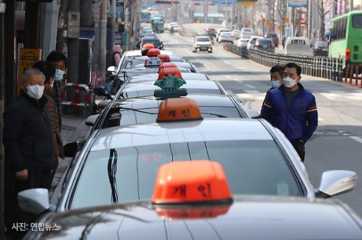[코로나19 PIC] 대기 1시간 30분 경북 경산시장에 줄지어 선 택시 행렬