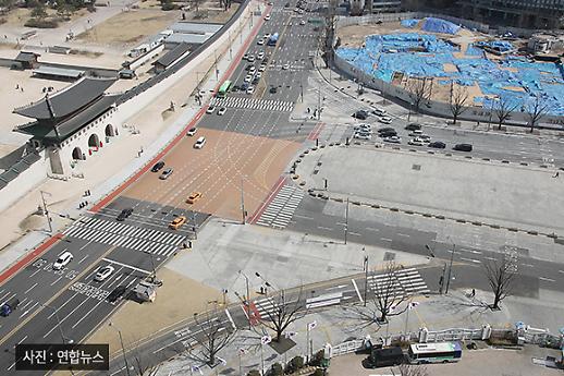 [코로나19 PIC] 뻥 뚫린 도로 주말 광화문 전경
