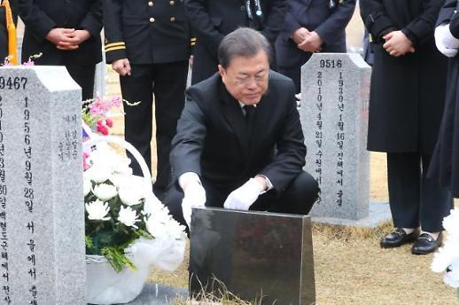 [포토] 고 한주호 준위 묘역 찾은 문재인 대통령