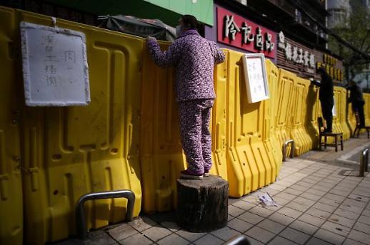 [중국포토]코로나 노란장벽 너머로 돼지고기 주세요