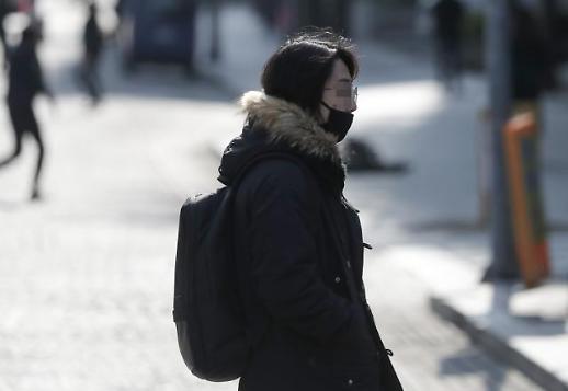 [포토] 4월의 한파, 다시 꺼내든 겨울 옷