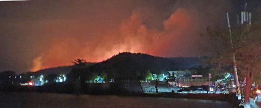 [슬라이드 화보] 강원 고성 산불…민가 인근까지 번지는 불길