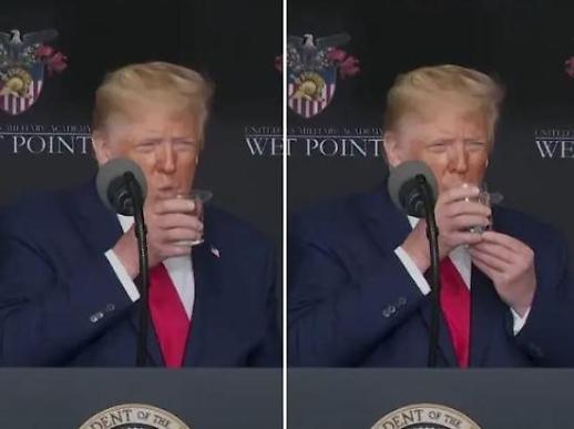 물컵 한 손으로 못 든다?...트럼프 건강이상설에 트위터 후끈
