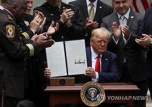 트럼프, 경찰개혁 행정명령에 서명...생명 위험 외 목 조르기 금지