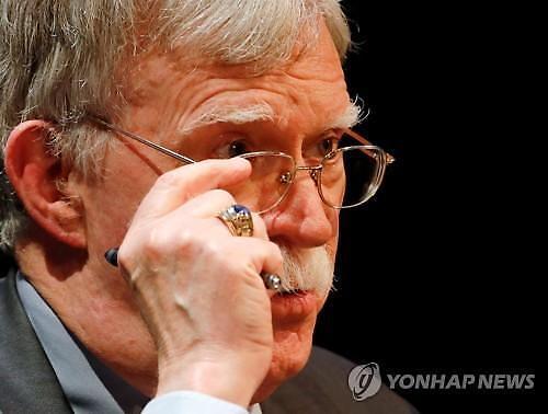 [이상국 뉴스인문학] 조현병 같은? … 문대통령·볼턴의 정신줄 공방