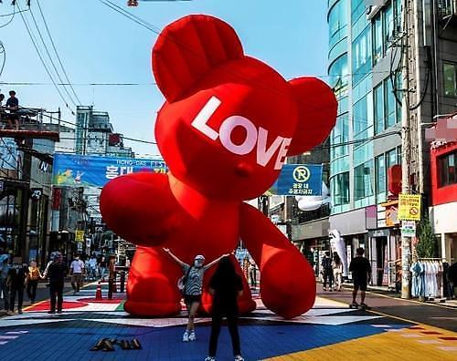 8m짜리 빨간 곰 홍대 거리에 설치된 허그베어 담긴 의미는?