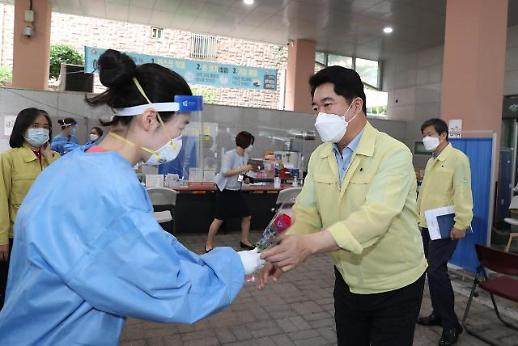 박준희 관악구청장, 코로나19로 지친 의료진·공무원에게 장미꽃 전달