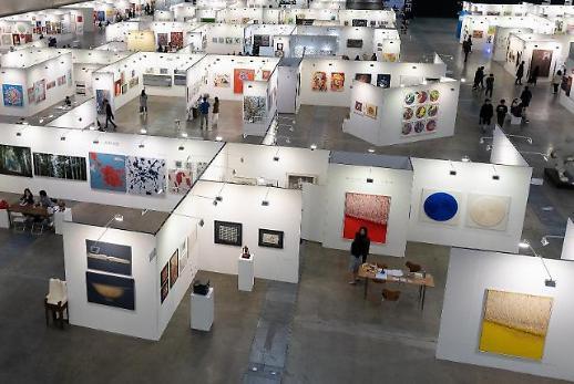 신세계百, 지역 예술가 미술품 유통 아트 페어 전시 개최