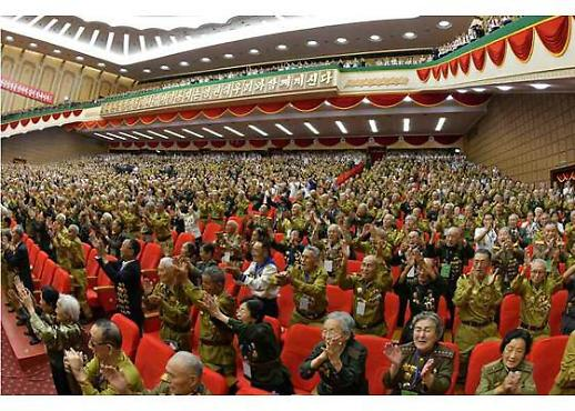 [포토] 마스크 없이 김정은 환호하는 北 노병들