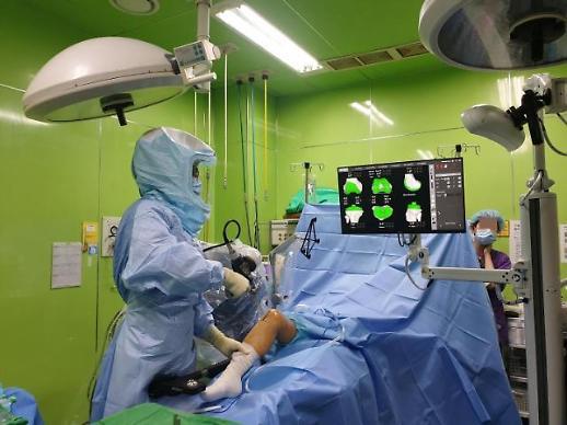 """[로봇수술 '시동' : 참관기] """"베테랑 의사들도 놀랐다…수술 정확도 높이는 로봇"""""""