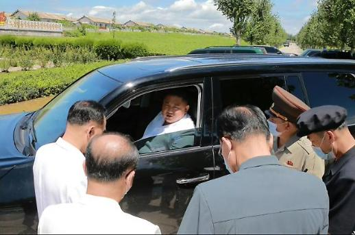 [슬라이드 포토] 운전대 잡은 김정은…물폭탄에 두 동강 난 北 주택