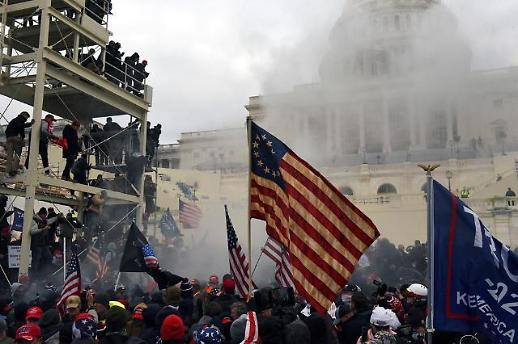 Hỗn loạn chưa từng có ở tòa nhà Quốc hội Mỹ trong ngày kiểm phiếu đại cử tri