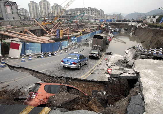 .[영문] 4 dead, 17 missing from E China subway tunnel collapse.