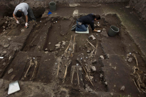 .[영문] Mexico mass grave may be Aztec resistance fighters.