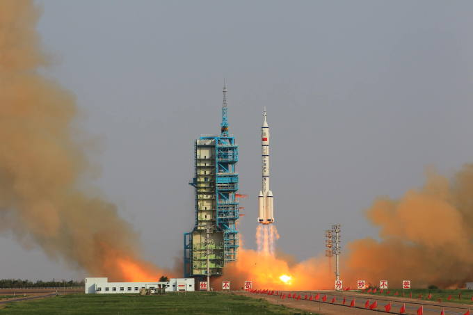 图片说明:北京时间16日18时37分,神州九号飞船在酒泉卫星发射中心成功发射升空 据新华社报道,随着神舟九号飞船直飞太空,全球各大媒体的目光纷纷追逐中国航天员的太空之旅。这次,它们给予了有别于以往的礼遇,报道热度和频度超过了此前的国际空间站对接及俄载人飞船发射。 许多媒体都使用了历史性这一字眼。它们关注着航天员的飞天,更关注着中国,这个全球载人航天中的后来者。 创造中国航天历史 美国有线电视新闻网称这是历史性的发射,如果一切顺利,神舟九号将与中国的空间实验室对接,使其成为美国和俄罗斯后第三个