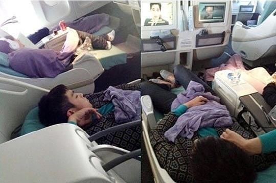 韩国男子偶像天团Bigbang成员TOP(本名崔胜贤)在飞机机舱内睡觉的照片日前被某中国粉丝拍下上传至互联网上,引起粉丝热议。 日前某网上论坛以中国粉丝拍摄的TOP睡觉的样子为题上传了两张照片。照片中,TOP躺在机舱座位中,身上覆盖着紫色毯子,看起来睡的甚是香甜,浑然不知睡相被粉丝拍了个正着。 看到照片的粉丝纷纷评论TOP睡觉的时候也不忘摆Pose、哇,这位中国粉丝也太幸运了吧等等。