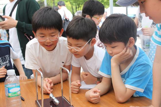 韩国小朋友儿童节最想收到书和智能手机