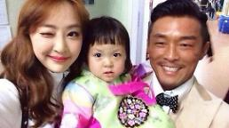 .SISTAR Dasom takes a selfie with K-1 fighter Choo Sung-hoon and his daughter Sarang .
