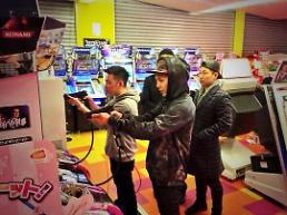 .Big Bang member G-Dragon visits an arcade to play some games with his friends.