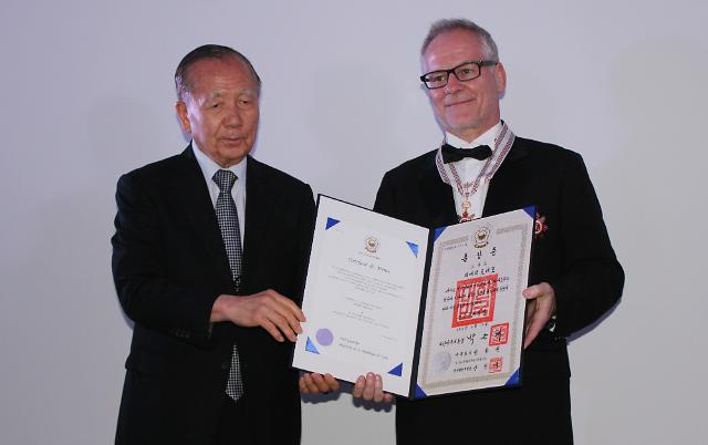 戛纳电影节执行主席蒂埃里•弗雷莫获韩国银冠文化勋章