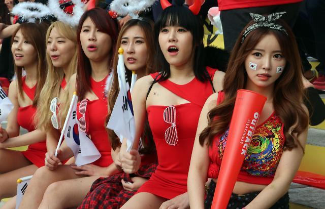 2014巴西世界杯>红魔啦啦队美女养眼成靓丽风景