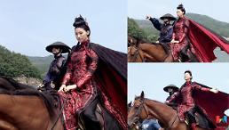 삼총사 유인영, 말 위에서 3色 매력 발산