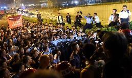[영상중국] 홍콩 경찰 바리케이드 속속 철거…시위대와 몸싸움