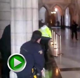 """[AJU TV] 캐나다 국회의사당서 총격 급박했던 1분영상 """"대치부터 사살까지?"""""""
