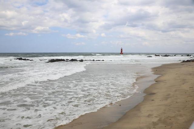 这里的景色与济州岛东北处的海景有些类似,海浪,沙滩,阳光,风景如画.