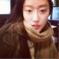 "Actress Hye-bin Chun is doing well in ""cold"" London"