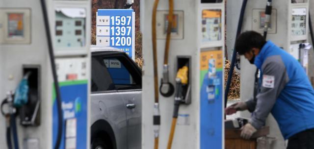 Gasoline falls below 1,600 won per liter