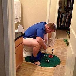 [아주경제 포토골프] 화장실에서도 퍼트 연습하는 골프 마니아?